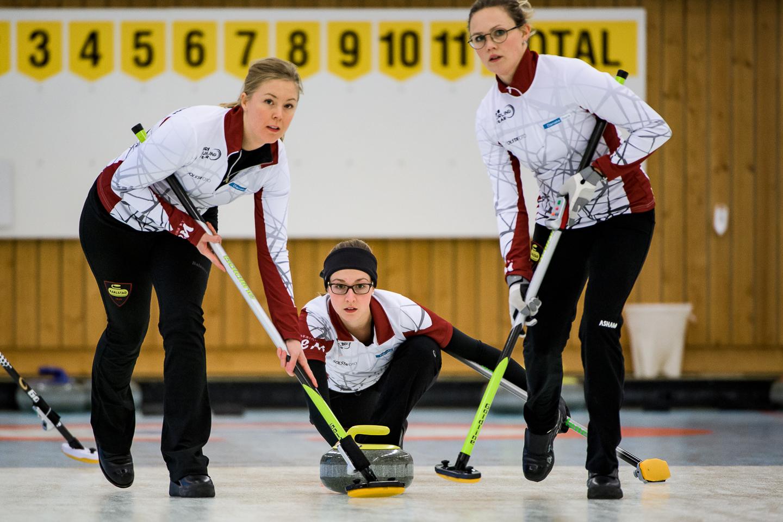 Lotta Lennartsson och Anna Domeij sopar stenen som Alison Kreviazuk lägger.